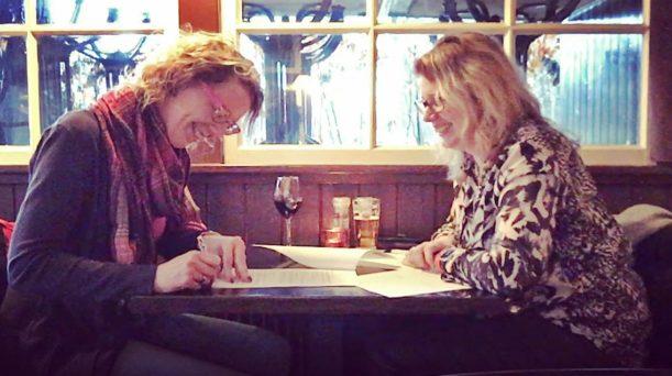 Sandra tekent contract bij social enterprise Webmastery