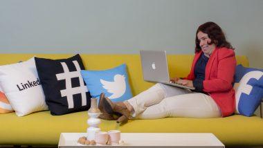 Claudia op een gele bank met kussens - audio op social media