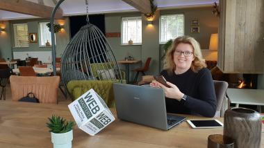 Margaret volgt de online onderzoek cursus van Bellingcat