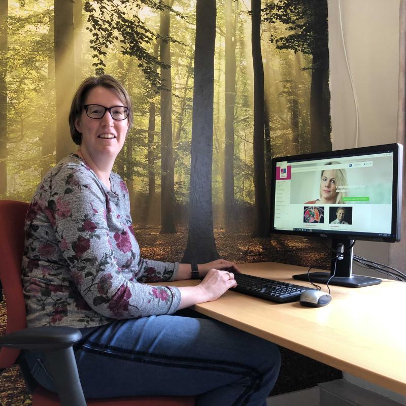 Longfonds Nederland - Janneke achter computer