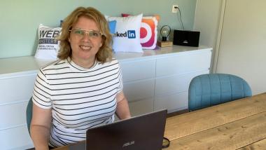 Margaret terwijl ze de workshop online onderzoek van Bellingcat volgt