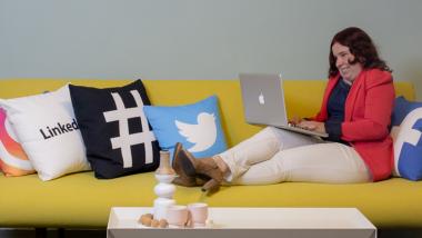 Claudia op de bank - foto bij blog socialmedia-trends in 2021