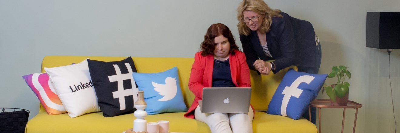 socialmedia-trends in 2021 - Claudia met Margaret op bank met kussens van alle socialmedia-kanalen